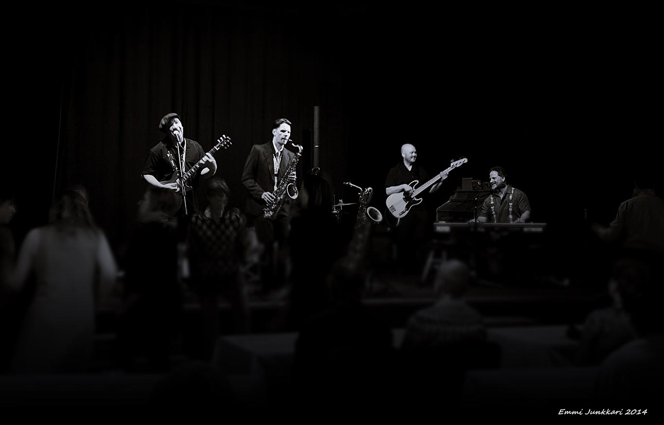 Masa Orpana Honk featuring Wiley Cousins levynjulkaisukeikalla Kangasalan pirtillä 25.10.2014